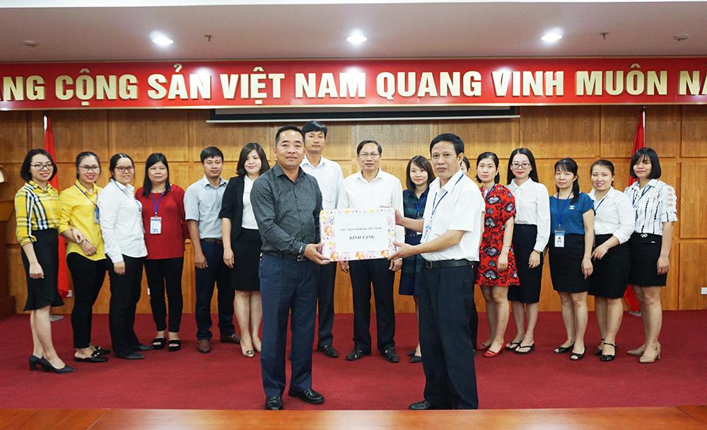 Thư viện tỉnh trao 500 bản sách cho TX Đông Triều