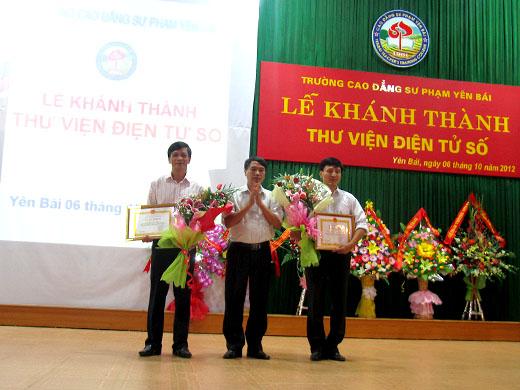 Ban chỉ đạo CNTT tỉnh Yên Bái đã trao thưởng giấy khen cho các cá nhân có thành tích xuất sắc trong việc phát triển công nghệ thông tin và xây dựng thư viện điện tử số  trường CĐSP Yên Bái.
